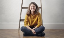 Junge Frau nach dem Auszug aus Elternhaus