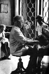 Authur Rubenstein, (January 28, 1887 – December 20, 1982) was a Polish American classical pianist. Many regard him as the greatest Chopin interpreter of his time. Described by The New York Times as one of the greatest pianists of the twentieth century. And he sat beautifully while he played.