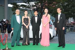映画祭大使を務める木村佳乃さん、『レッドクリフ Part1』のトニー・レオンさん、グリーン・アンバサダーの杏さんがグリーンカーペットに登場。依田チェアマンと高井映連理事長が合流。