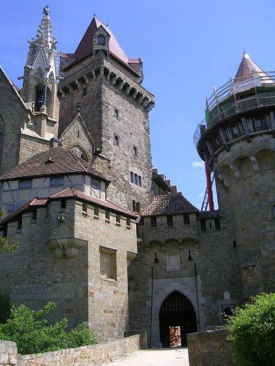 1024px-Burg_Kreuzenstein_-_Haupttor