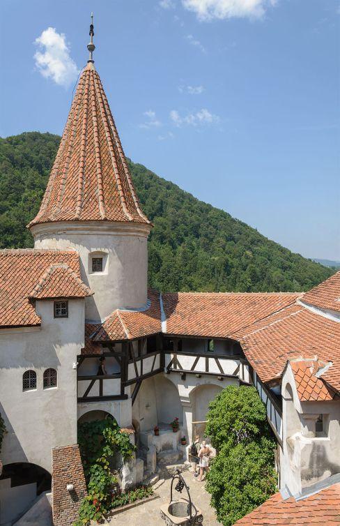 800px-Bran_castle_courtyard_round_tower