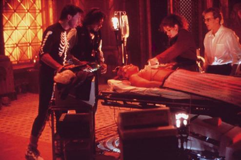 still-of-kevin-bacon-julia-roberts-william-baldwin-kiefer-sutherland-and-oliver-platt-in-flatliners
