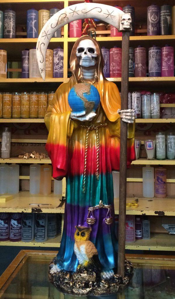 Santa Muerte im bunten Gewand auf dem Markt in Sonora
