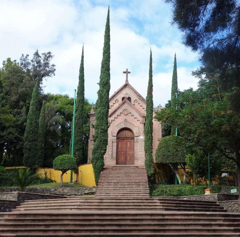 Der Glockenturm hinter dem Kloster in Querétaro