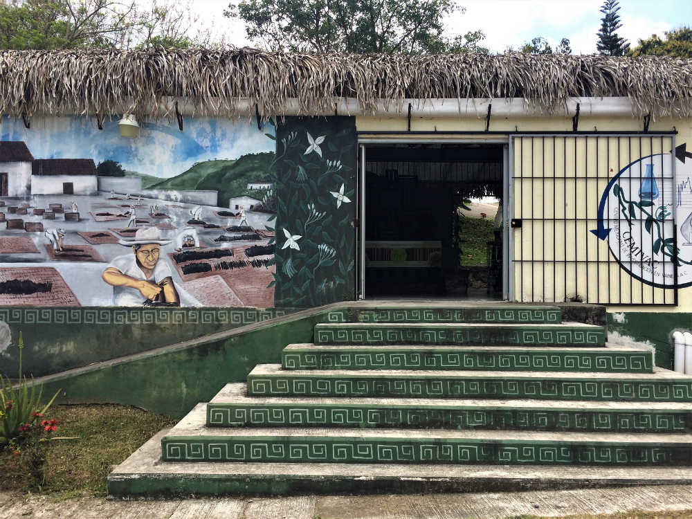 """Eingang zum Vanilleproduzent und -exporteuer """"Vanilla & Spices"""" (Gaya) in Veracruz"""
