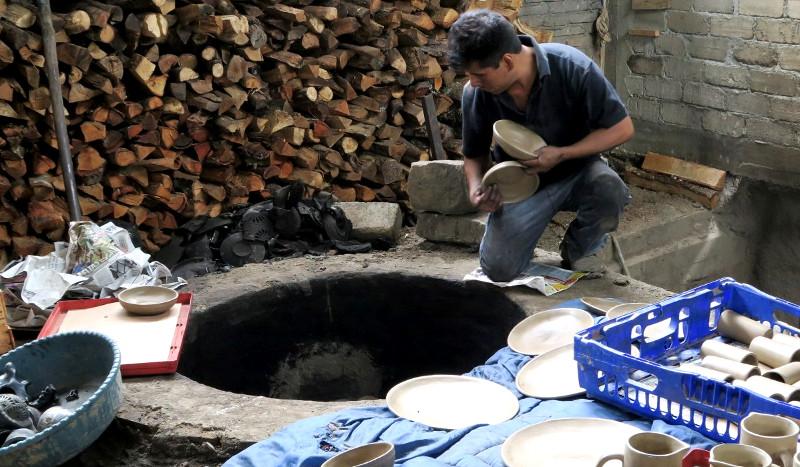Barro Negro: Im letzten Schritt werden die Tonwaren im Holzofen rund 10 Stunden gebrannt.