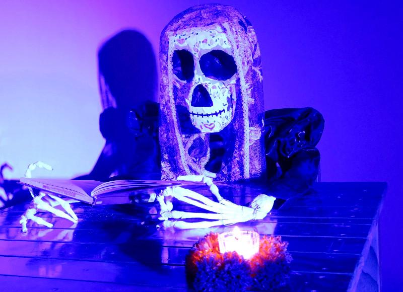 Skelett aus Pappmaché in der Zentralbibliothek in Oaxaca City