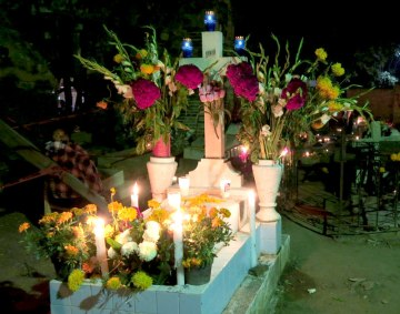 Liebevoll dekoriertes Grab zum Tag der Toten in Xoxocotlán, Oaxaca