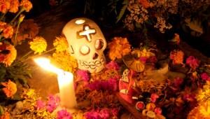 Skull blog - Ein Totenschädel aus Zucker (calavera) darf auf dem Grab zum Tag der Toten in Mexiko nicht fehlen