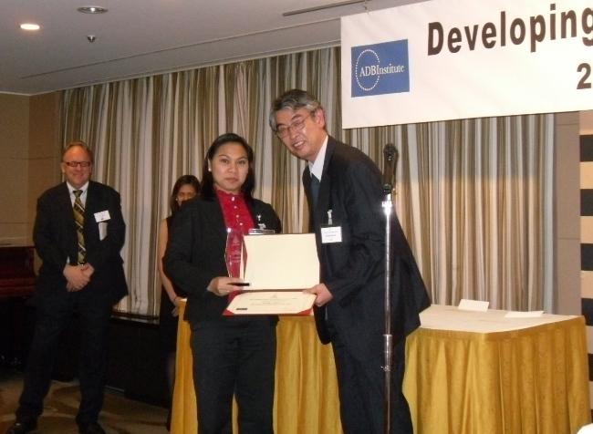 Imelda Abano receives her award in Tokyo, Oct 23