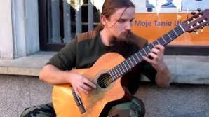 Personne ne croirait que cet homme est un musicien de rue !