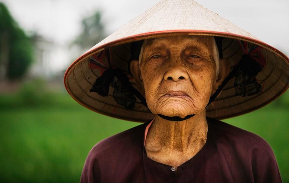Un agriculteur dans un village au Vietnam.