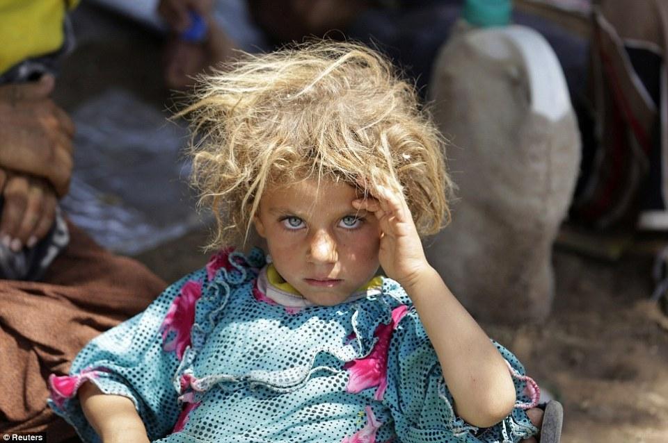 Une fillette Yazidite se repose au passage frontalier Iraqo-Syrien à Fishkhabour Dohuk après avoir fui les combattants de Daech.