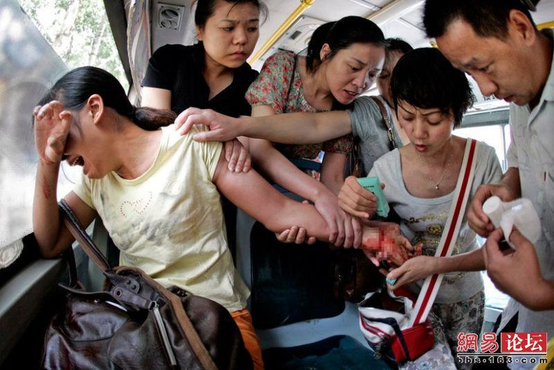 Les passagers d'un bus essayent de sauver une femme qui a tenté de se suicider en se coupant les poignets avec un couteau.