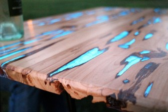 Une table qui brille le soir