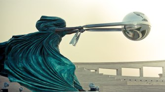 Lorenzo Quinn, The Force of Nature : Mère Nature dans une pose défiant la gravité