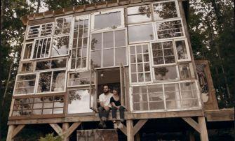 Une maison romantique entièrement faite de fenêtres