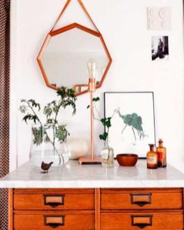 miroir-design-octagonal-au-dessus-dune-commode-vintage