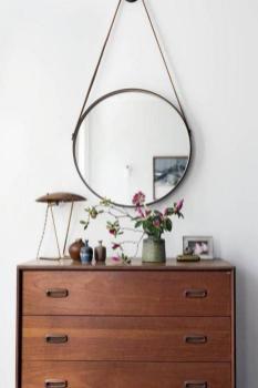 miroir-design-rond-au-dessus-de-commode-bois-fonce