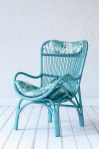 en-bleu-interieur-design-fauteuil-rotin-vintage-cool-idee-amenagement-salon