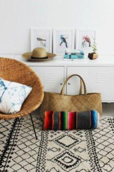 interieur-design-fauteuil-rotin-vintage-cool-idee-amenagement-salon-ete