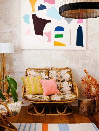 une-interieur-rustique-vintage-canape-rotin-fauteuil-en-osier-chaises-rotin-chaise-en-osier