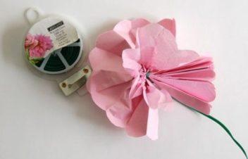 deplier-les-feuilles-du-papier-pour-faire-epanouir-votre-fleur-rose-idee-pour-une-fleur-en-papier-de-soie-e1480672357418