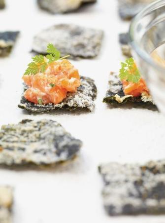 Tartare de saumon sur son algue nori frite
