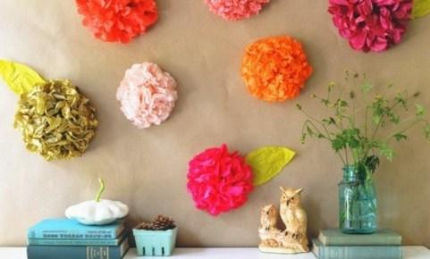 un-exemple-de-deco-murale-charmante-pour-un-decor-chic-style-comment-fabriquer-des-jolies-fleurs-en-papier-de-soie-e1480686789305