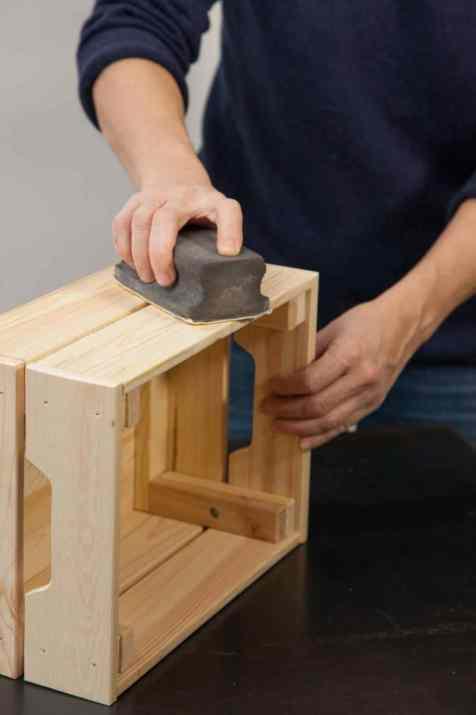 DIY - Réalisez une table de nuit avec des caisses en bois 01