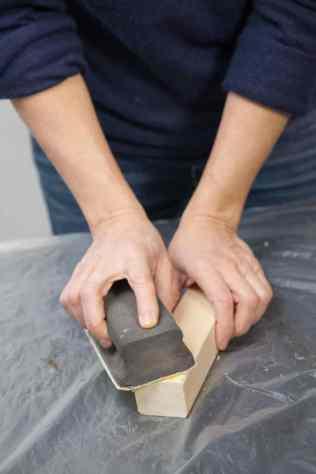 DIY - Réalisez une table de nuit avec des caisses en bois 07