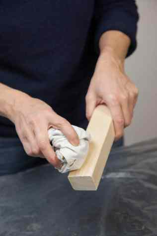 DIY - Réalisez une table de nuit avec des caisses en bois 08