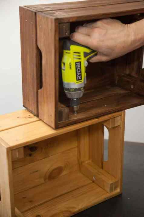 DIY - Réalisez une table de nuit avec des caisses en bois 11
