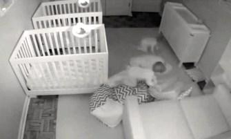 Pendant que leurs parents dorment, ces jumeaux s'amusent !