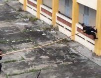 Pour escalader un immeuble, la police vietnamienne utilise une technique incroyable