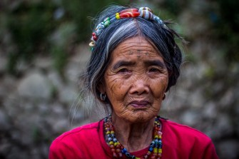 Philippines : Whang-Od, une tatoueuse traditionnelle et centenaire