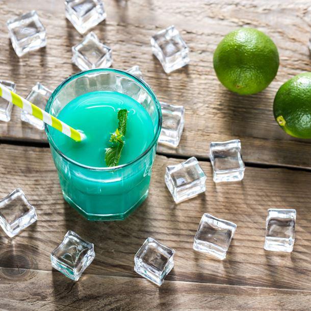 Cocktail au curaçao bleu et au rhum