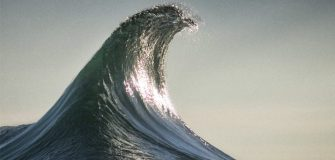 «The Infinite Now», La beauté hypnotisante des vagues par Ray Collins