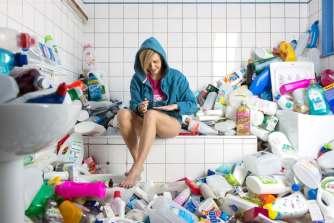 Le photographe Antoine Repessé stocke 4 ans de déchets pour dénoncer l'inutilité des emballages