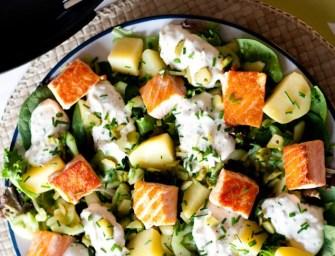 Salade au saumon, concombre mariné et pomme de terre