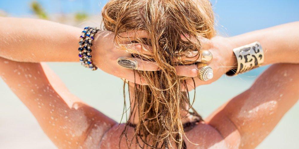 femme-cheveux-sable-plage