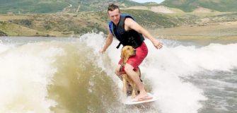 Un wakeboarder partage sa passion avec son chien