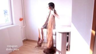 Fascinée par les cheveux longs, elle ne coupe pas ses cheveux depuis 20 ans