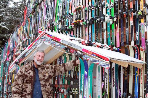 Il bâtit un mur avec plus de 200 paires de sky en Alaska 02
