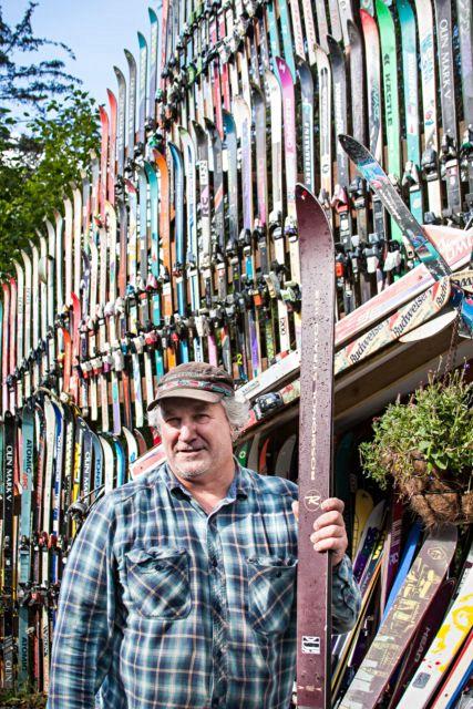 Il bâtit un mur avec plus de 200 paires de sky en Alaska 03
