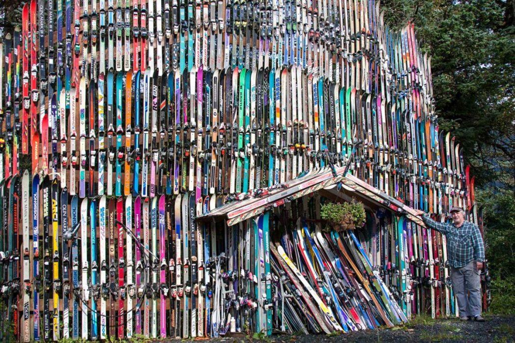 Il bâtit un mur avec plus de 200 paires de sky en Alaska