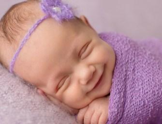 Portraits émouvants de nouveaux nés qui sourient aux anges