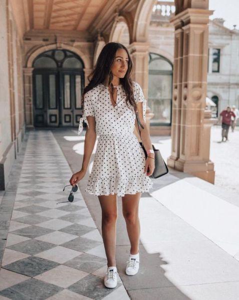 Comment porter une robe avec des baskets