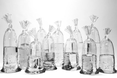 dylan-martinez-verre-sacs-remplis-deau-1