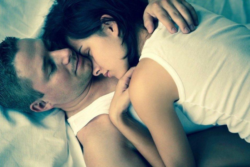 couple-amoureux-lit-1